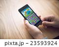ゲームアプリ 手元 スマートフォンの写真 23593924