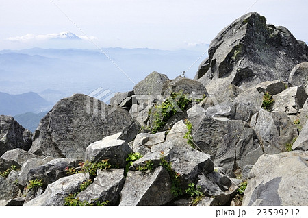 乾徳山の山頂より富士山眺望 23599212
