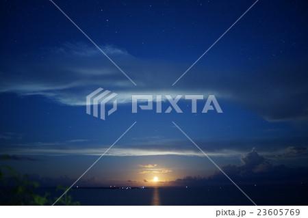 知念岬から見る月の出 23605769