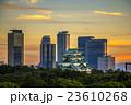夕焼けの名古屋城と高層ビル群 23610268