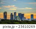 夕焼けの名古屋城と高層ビル群 23610269