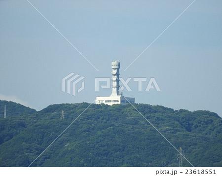 淡路島にある海上保安庁交通部の機関、大阪湾海上交通センター(大阪マーチス)を神戸市側から超望遠で見る 23618551