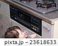 いたずら 赤ちゃん ベビー (幼児 女の子 1才 1歳 コンロ イタズラ キッチン 台所 調理場) 23618633