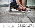 靴ひもを結ぶ手 23621871