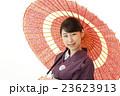 赤い番傘をさす浴衣を着た女性 23623913