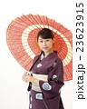 赤い番傘をさす浴衣を着た女性 23623915