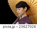 白い番傘をさす浴衣を着た女性 23627026