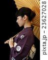 白い番傘をさす浴衣を着た女性 23627028