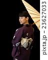 白い番傘をさす浴衣を着た女性 23627033