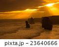 夕日に照らされるオーストラリア・グレートオーシャンロードの十二使徒 23640666