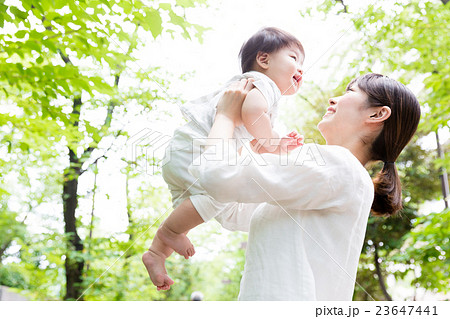 赤ちゃんとお母さん 野外イメージ 23647441