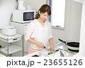 女性 キッチン 料理 23655126