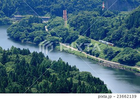 写真素材: 磐越西線「阿賀野川沿いを走る列車」俯瞰風景