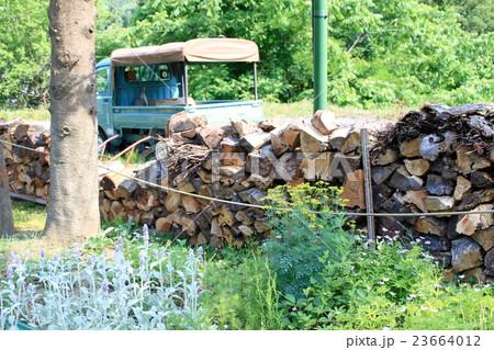 薪とトラックとハーブのある風景 23664012