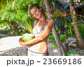 Photo young girl relaxing on beach with coconut 23669186