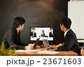 テレビ会議システムで打合せするビジネスマン 23671603