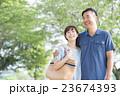 夫婦 笑顔 寄り添うの写真 23674393