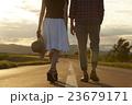 道を歩く男女 23679171