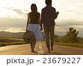 道を歩く男女 23679227