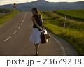 一人旅をする女性 23679238