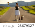 一人旅をする女性 23679327