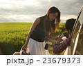 道を尋ねる女性 23679373