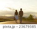 道を歩く男女 23679385