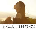 一人旅をする女性 23679478