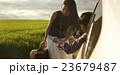 道を尋ねる女性 23679487