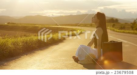 一人旅をする女性 23679508