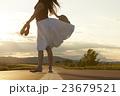 一人旅をする女性 23679521
