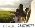 道を尋ねる女性 23679577