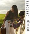 道を尋ねる女性 23679673