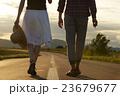 道を歩く男女 23679677