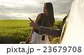 道を尋ねる女性 23679708