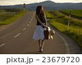 一人旅をする女性 23679720