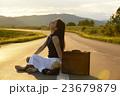 一人旅をする女性 23679879