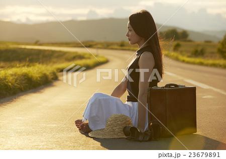 一人旅をする女性 23679891