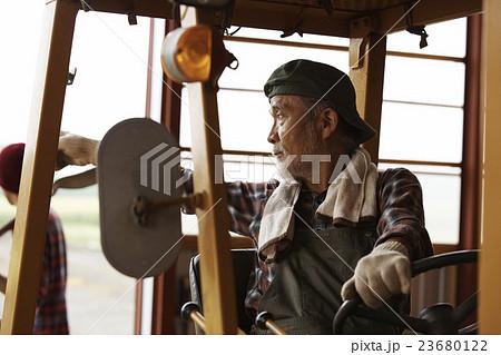 トラクターを運転する男性 23680122