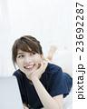 PCを操作する若い女性の顔アップ 23692287