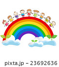 手をつなぐ子供たちと虹  23692636