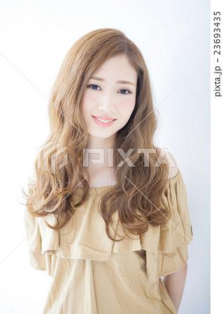 若い女性のヘアサロンイメージ 23693435