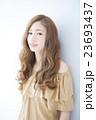 若い女性のヘアサロンイメージ 23693437