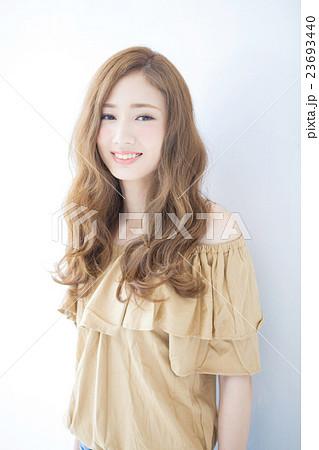 若い女性のヘアサロンイメージ 23693440