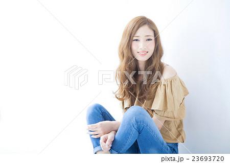 若い女性のヘアサロンイメージ 23693720