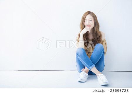 若い女性のヘアサロンイメージ 23693728