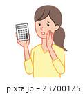 電卓を持って悩む女性 23700125