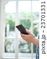 女性とスマートフォン 23701331