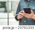 女性とスマートフォン 23701333