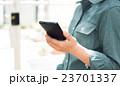 女性とスマートフォン 23701337